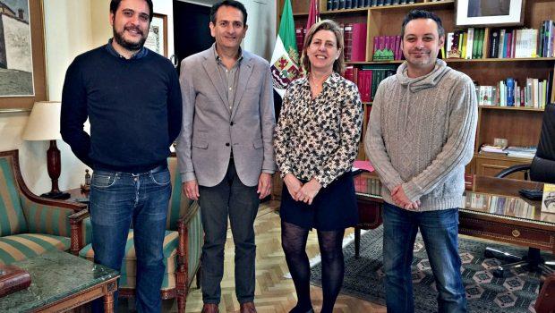 Isabel Bravo, presidenta de la APC, Sergio Martínez y Rubén Tejedor, miembros de la APC, en el encuentro con José Carlos Bote, subdelegado del Gobierno en Cáceres