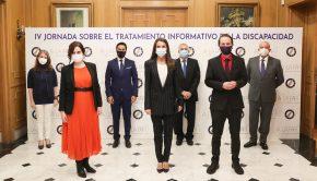 La Reina Leticia posa junto a las autoridades asistentes al acto y los presidentes de la Fundación A LA PAR y la FAPE